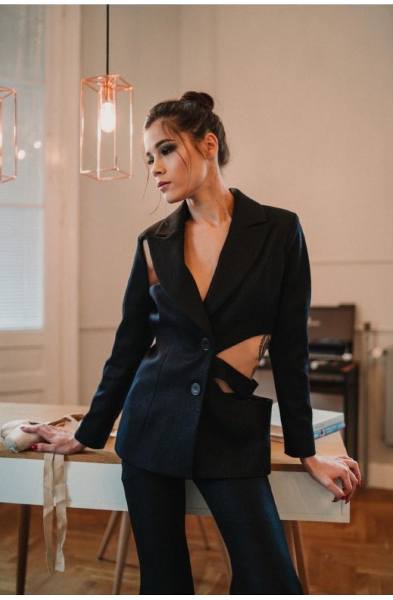 Черно вталено сако с прорези