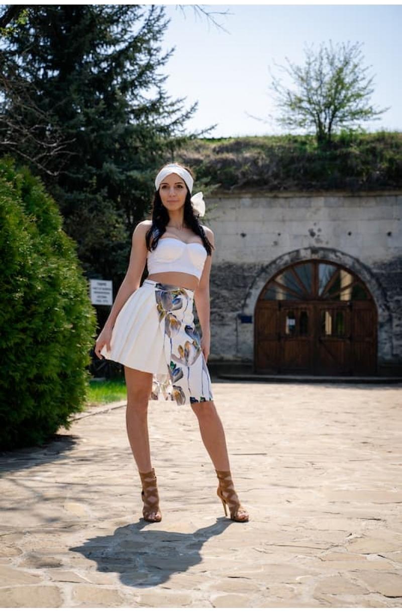 Asymmetrichigh- waist skirt with flower print and pleats
