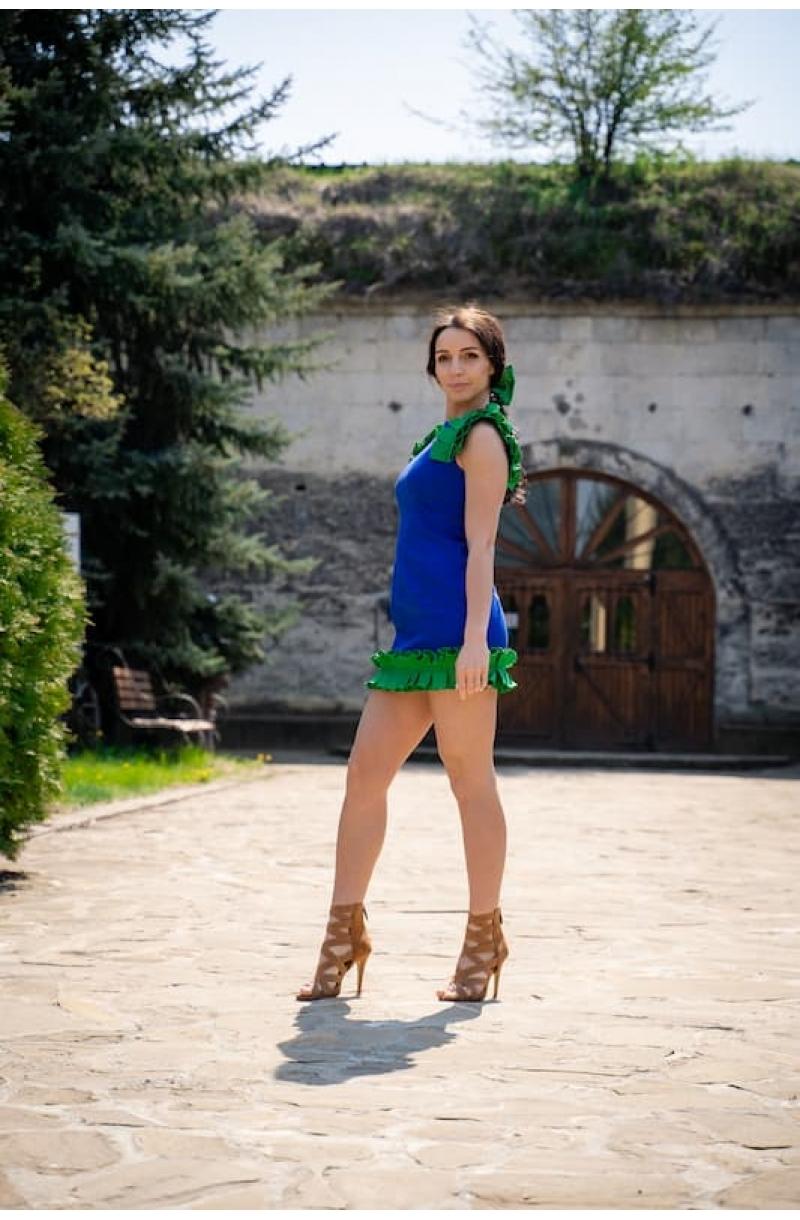 Vestido corto con detalles de pliegues de boxeo en color azul
